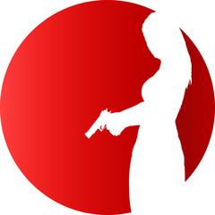 Frau mit Waffe mit rotem Hintergrund