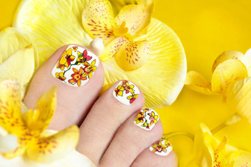 Педикюр с жёлтыми орхидеями.