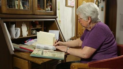 Seniorin recherchiert an Sekretär