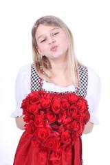 Süßes Mädchen im Dirndl mit Kußmund und Herz
