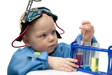 Маленький мальчик-химик проводит опыты