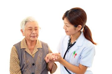 笑顔の女医と高齢者