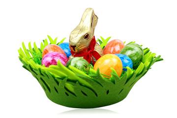 Osterkorb mit Eiern und Schokohase