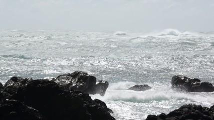 岩に打ち寄せる波