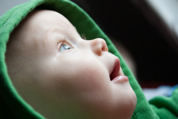Babyportrait von Seite mit Kapuze