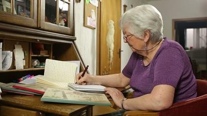 Großmutter beim Schreiben