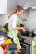 Junge Frau bereitet das Essen zu