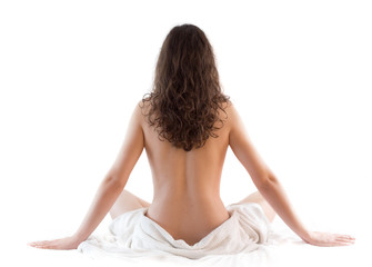 Ragazza con asciugamano seduta di schiena