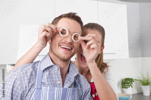 Zwiebelringe - junges Paar in der Küche