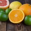 Orange mit Frucht-Mix auf Holz II