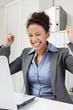 Erfolgreich im Job - Frau freut sich