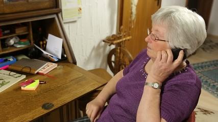 Seniorin führt ein Telefonat
