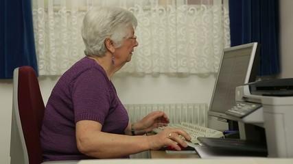 Seniorin am PC