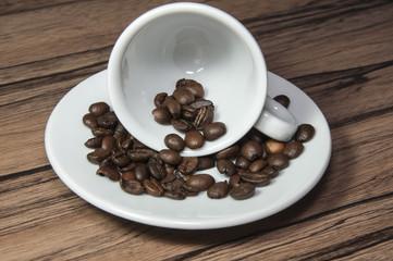 Leere Espressotasse mit Kaffeebohnen