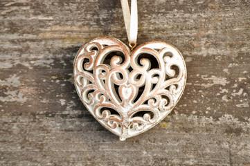 Verschnörkeltes Herz auf Holz