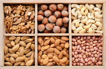 Nuss-Mix in Holzkiste - Walnuss, Mandel, Haselnuss, Cashew-und Erbsen