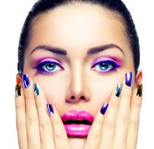 Makeup. Fioletowy makijaż i kolorowe jasny Nails