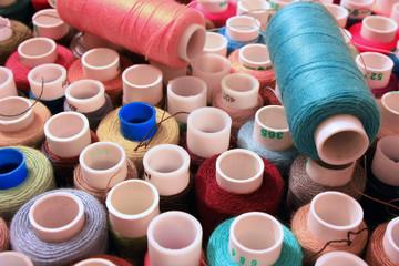 Разноцветные нитки для шитья