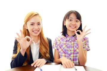 笑顔の女性教師と女の子
