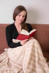 Gutaussehende Frau liest ein Buch