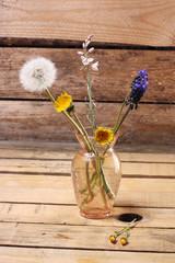 jarron con flores silvestres