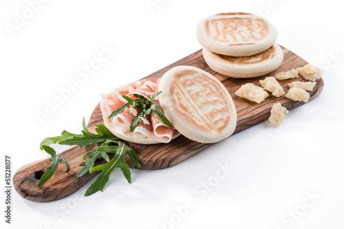 Tigelle con prosciutto crudo, parmigiano e rucola