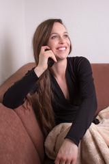 Gutaussehende Frau telefoniert