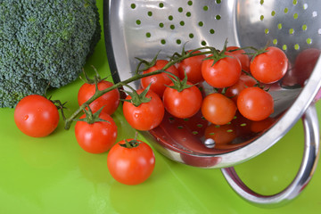 Présentation tomates cerise et brocolis renversés