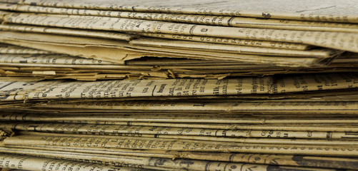 Vieux journaux empilés