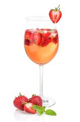 Aperitif mit Erdbeeren und Minze in einem Weinglas