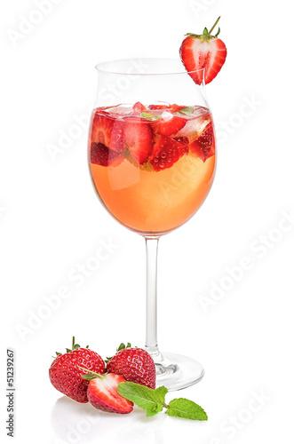 Aperitif mit Erdbeeren und Minze in einem Weinglas - 51239267