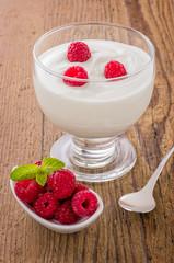 Frischer cremiger Naturjoghurt mit Himbeeren