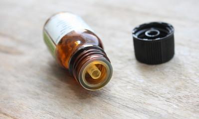 flacon d'huile essentielle sur bois