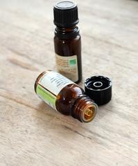 flacons d'huiles essentielles sur bois
