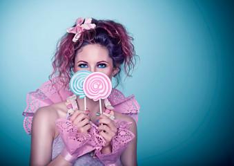 Mädchen hält bunte Lollis / candy 04_2