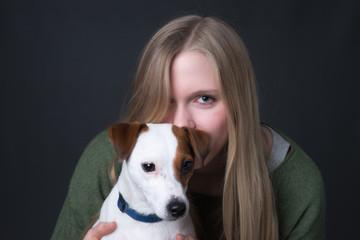 Mädchen knuddelt Hund