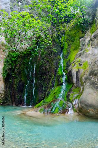 Piękne malownicze wodospad z czystej wody w kanionie
