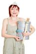 Frau hält Pinsel und Farbeimer für Renovierung