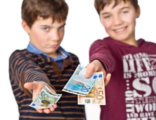 Taschengeld-Vergleich zwischen zwei Jugendliche