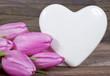 Herz mit Tulpen auf Holz