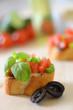 Bruschetta mit Basilikum und Oliven