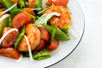 Vegetable salad with shrimps (prawns)