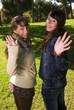 saludan las dos jovenes