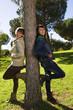 las chicas de espaladas al tronco