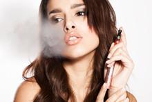 Kobieta palenia e-papierosów