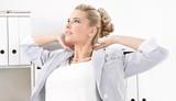 Fototapety Tagträume im Büro - Frau entspannt sich