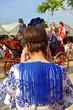 Mujer adolescente con telefono en la Feria