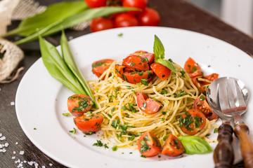 Spaghetti mit frischen Kräutern und Kirschtomaten