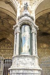 Virgen Blanca y pórtico de San Miguel en Vitoria (Álava, España)