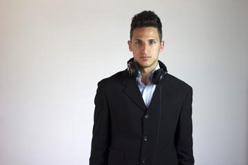 dj o musicista con cuffie in giacca elegante